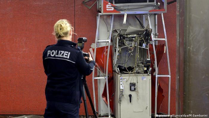 BdT Eine Polizistin fotografiert einen gesprengten Geldautomaten (picture-alliance/dpa/M.Gambarini)