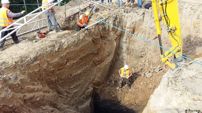 construction workers, large hole (fhq-riese)