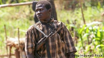 Kindersoldaten Jugendlicher mit einer AK-47 Uganda Sudan Lord's Resistance Army LRA