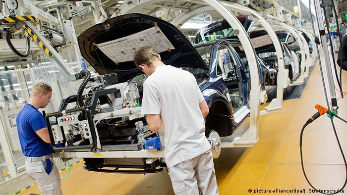 Wolfsburg Volkswagen-Werk Mitarbeiter (picture-alliance/dpa/J. Stratenschulte)