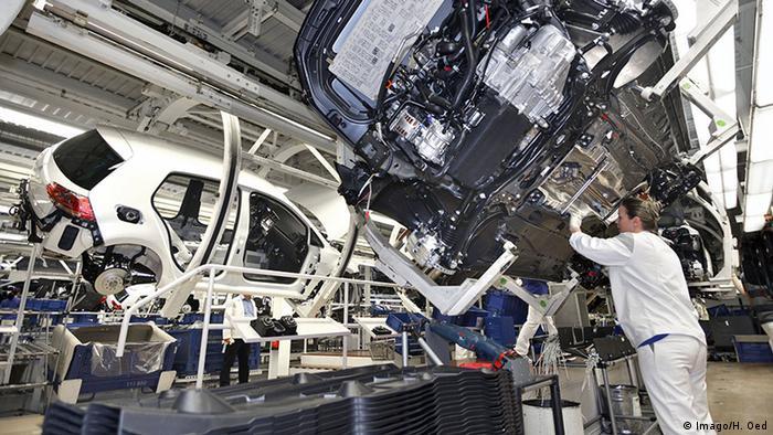 Trabajadores en la fábrica de Volkswagen, en Wolfsburgo.