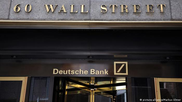 New York - Wall Street - Deutsche Bank entrance (picture-alliance/Markus Ulmer)