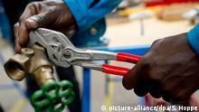 19.06.2015 *** ARCHIV - ILLUSTRATION - Ein Flüchtling arbeitet am 19.06.2015 in München (Bayern) in der Lernwerkstatt auf dem Gelände der Bayernkaserne unter professioneller Anleitung an einem Werkstück. Bei einem Spitzentreffen von NRW-Regierung, Wirtschaft und Gewerkschaft zum wird am Freitag das Thema Integration von Flüchtlingen in Ausbildungs- und Arbeitsmarkt erörtert. Foto: Sven Hoppe/dpa +++(c) dpa - Bildfunk+++ Copyright: picture-alliance/dpa/S. Hoppe