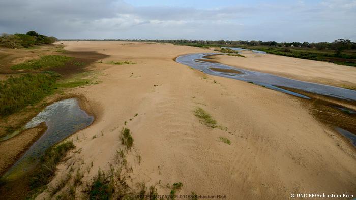 O rio Limpopo praticamente sem água devido à seca em curso em Moçambique