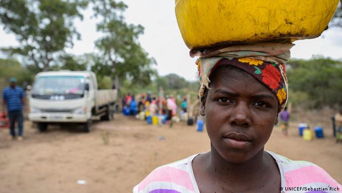 Mosambik Mahonhane Frau mit Wasserbehälter auf Kopf