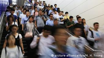 Symbolbild Weltbevölkerungstag China Ubahnstation in Beijing (picture-alliance/dpa/H. H. Young)