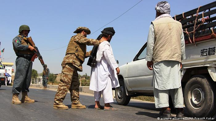 Afghanistan Kunduz Polizei kontrolliert Auto (picture-alliance/ZUMA Press/A.Kakar)