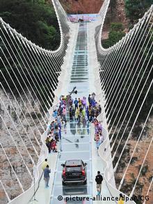 Ponte de vidro na província de Hunan, na China