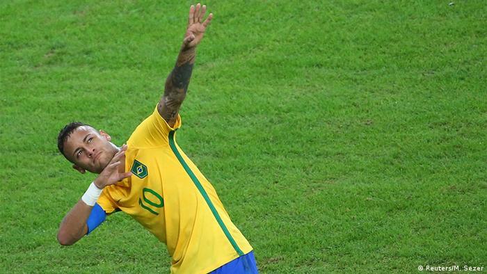 Neymar imita o gesto do raio do velocista Usain Bolt após marcar o primeiro  gol da final 85b49eab2930e