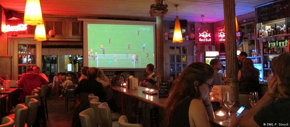 Bar que é tradicional ponto de encontro de torcedores está quase deserto em Bonn durante a final