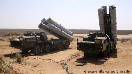 S-300 deploying during a military drill in Astrakhan (picture-alliance/dpa/D. Rogulin)