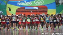 21.08.2016 Rio Olympics - Athletics - Final - Men's Marathon - Sambodromo - Rio de Janeiro, Brazil - 21/08/2016. Athletes start REUTERS/Sergio Moraes FOR EDITORIAL USE ONLY. NOT FOR SALE FOR MARKETING OR ADVERTISING CAMPAIGNS Copyright: Reuters/S. Moraes