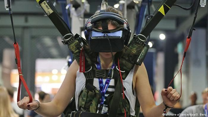 Gamescom 2016 Köln VR-Brille (picture-alliance/dpa/O. Berg)