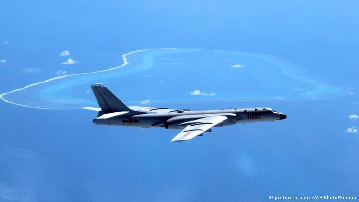 China Kampfflugzeug über dem japanischen Meer