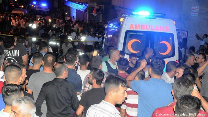 Автомобілі швидкої допомоги прибувають на місце скоєння нападу в Газіантепі