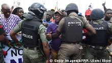 Mai 2016 Anti riot policemen face a disgruntled faction of workers and civil society groups marching with a banner and placards during a protest demanding that the government reinstate prices of fuel at 86.50 naira ($0.43, 0.38 euros) per litre in Lagos, on May 18, 2016. Nigeria's government on May 18 warned against 'illegal strike action' after some union members vowed to press ahead with a national strike over petrol price rises despite a court injunction. / AFP / PIUS UTOMI EKPEI (Photo credit should read PIUS UTOMI EKPEI/AFP/Getty Images) (c) Getty Images/AFP/P. Utomi Ekpei