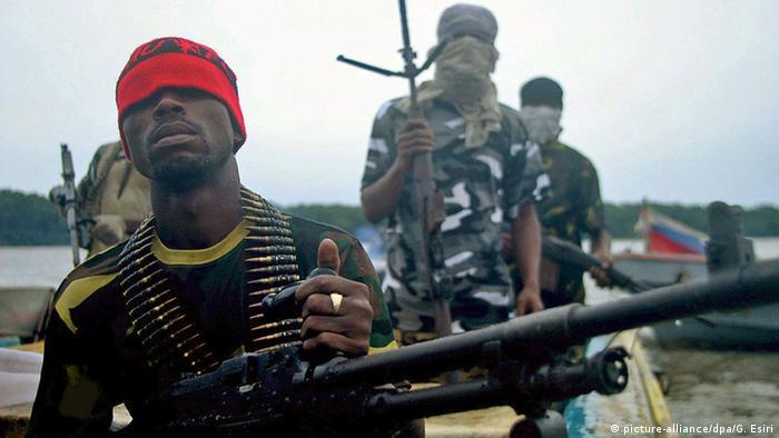 شبه نظامیان جنبش رهایی دلتای نیجر (MEND)، در حال گشت در منطقه نفتخیز دلتای نیجر در نیجریه در تابستان ۲۰۰۸. این شبه نظامیان متهم به خرابکاری و تخریب لولههای انتقال نفت خام متعلق به شرکتهایی مثل شل و شورون هستند. آنها میگویند این خطوط لوله سودی اندک برای ساکنان محلی دارد و در مقابل آسیبهای عظیم به محیط زیست منطقه وارد میکند.