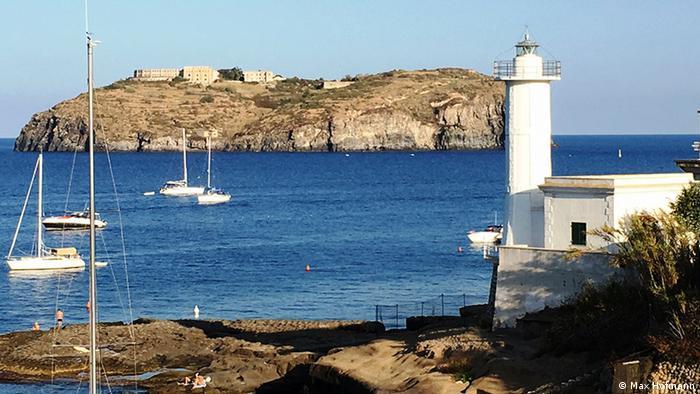 Insula Ventotene (în dreptul ei San Stefano)