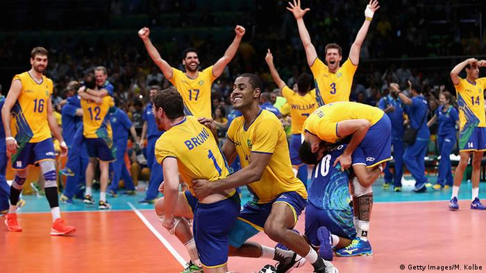 ec8d5310ba A seleção brasileira masculina de vôlei afastou de vez os fantasmas das  duas últimas finais olímpicas e venceu a Itália neste domingo (21 08) por 3  sets a 0 ...