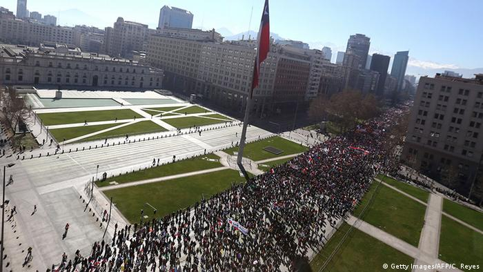Chile Demonstrationen gegen das Rentensystem AFP (Getty Images/AFP/C. Reyes)