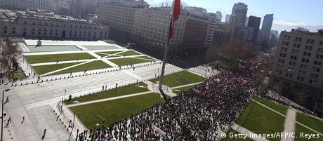 Chile Demonstrationen gegen das Rentensystem AFP (Getty Images/AFP/C. Reyes)