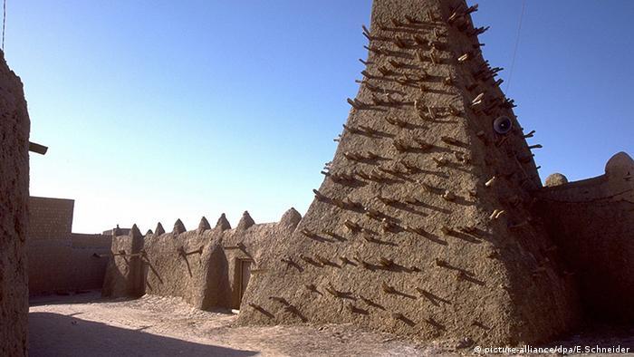 Eine undatierte Aufnahme eines Lehmminaretts in einer Moschee in Timbuktu, Mali (Foto: DPA)