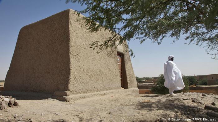 Ein Mann steht vor dem wiederaufgebauten Mausoleum des heiligen Alpha Moya (Foto: Getty Images)