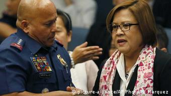 El jefe policial Ronald de la Rosa y la senadora Leila de Lima.Philippinen Leila De Lima Senatorin und Ronald Dela Rosa Polizeichef