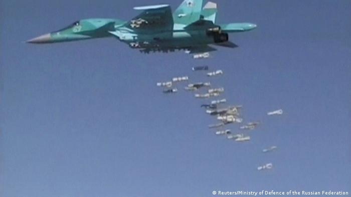 Syrien russischer Kampfjet Sukhoi Su-34 wirft Bomben bei Deir ez-Zor ab