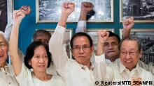 22.08.2016+++ Treffen zwischen Philippinische Regierung und Rebellen in Oslo Communist Party of the Philippines' Benito Tiamzon (C) and his wife Wilma Austria Tiamzon (L) gesture next to Jose Maria Sison, the exiled founder of the Communist Party, as Norway hosts peace talks between the Philippine government and National Democratic Front of the Philippines (NDFP) in Oslo, Norway August 22, 2016. Berit Roald/NTB Scanpix/ via REUTERS ATTENTION EDITORS - THIS IMAGE WAS PROVIDED BY A THIRD PARTY. FOR EDITORIAL USE ONLY. NOT FOR SALE FOR MARKETING OR ADVERTISING CAMPAIGNS. THIS PICTURE IS DISTRIBUTED EXACTLY AS RECEIVED BY REUTERS, AS A SERVICE TO CLIENTS. NORWAY OUT. NO COMMERCIAL OR EDITORIAL SALES IN NORWAY. NO COMMERCIAL SALES. (c) Reuters/NTB SCANPIX