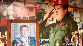 Bilder von Hugo Chávez und Devotionalien in einer Privatwohnung(Copyright: DW/C. Chimoy)