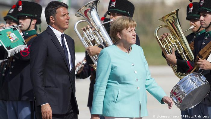 Italien Gipfel zu Brexit - Ankunft Angela Merkel mit Matteo Renzi (picture-alliance/AP Photo/R. de Luca)