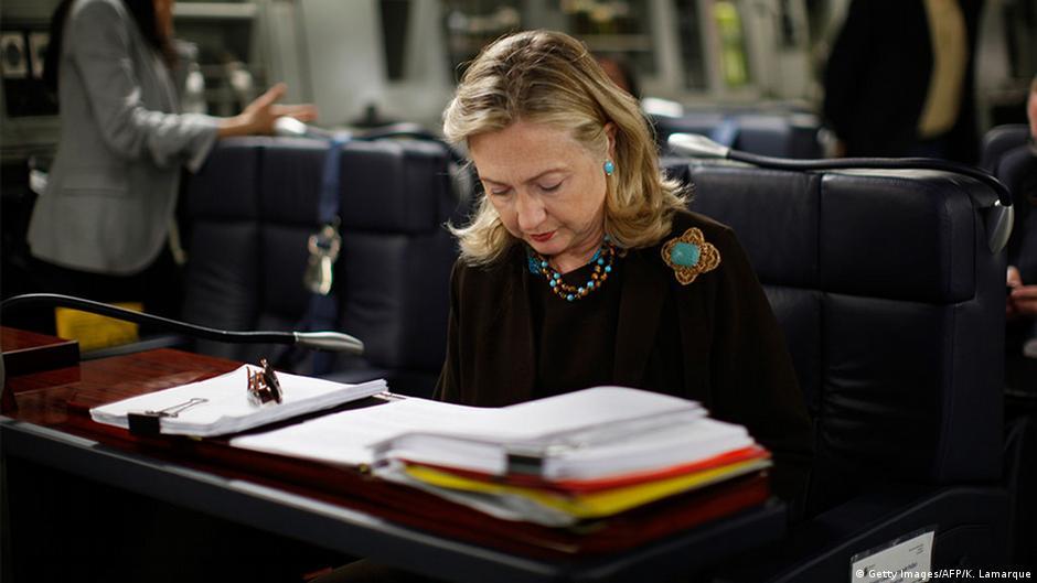 Juez ordena revisión de más correos de Clinton | El Mundo | DW ...