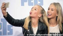 Instagram Stars Lisa und Lena bei der Premiere des Kinofilms 'Pets' im CineStar im Sony Center. Berlin, 20.07.2016 | Verwendung weltweit (c) picture-alliance/Geisler-Fotopress
