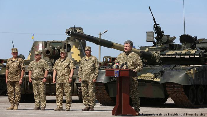 Петро Порошенко під час передачі зброї українським військовим