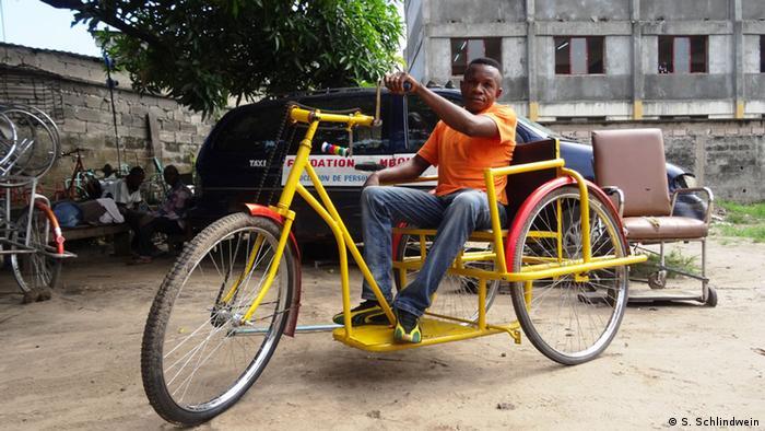 Kongo Robert Mboyo testet den neuen Rollstuhl