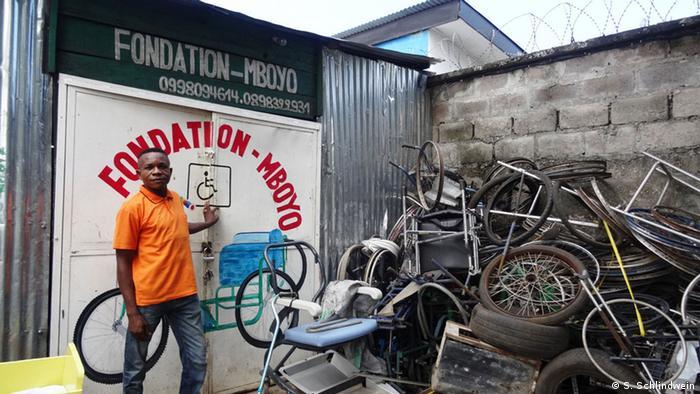 Kongo Robert Mboyo vor seinem Werkstatttor