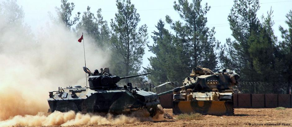Türkei Türkische Panzer nahe Karkamis (picture alliance/AP Photo)