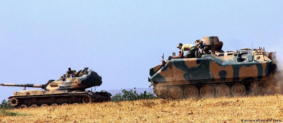 Tanques turcos na fronteira com a Síria: a Turquia está atenta aos ganhos territoriais dos curdos