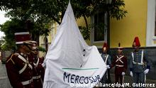 epa05456832 Venezuelan military participate in the hoisting of the Mercosur flag at the entrance of the headquarters of the Foreign Ministry, in Caracas, Venezuela, 05 August 2016. Minister of Foreign Affairs of Venezuela Delcy Rodríguez said she will not let Argentina, Brazil and Paraguay, take the pro tempore presidency of Mercosur, which she said Venezuela will fully exercise. Differences between Venezuela and three of its four partners in Mercosur began last 29 July when Uruguay announced that it ended its mandate of the bloc and found that there was no legal impediment for Venezuela to assume the role, despite the opinion of other members of the bloc. EPA/MIGUEL GUTIERREZ +++(c) dpa - Bildfunk+++ | Copyright: picture-alliance/dpa/M. Gutierrez