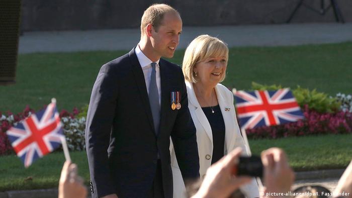 Príncipe William e Hannelore Kraft em cerimônia de comemoração dos 70 anos da fundação do estado alemão Renânia do Norte-Vestfália