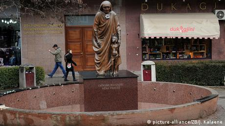 Kosovo Denkmal für Mutter Teresa in Pristina
