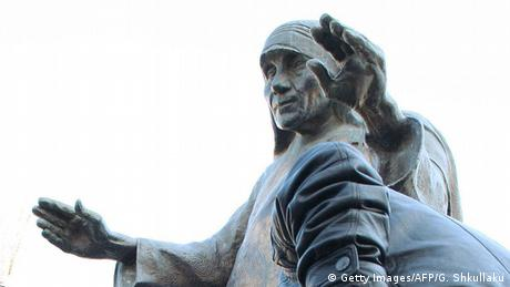 Albanien Statue von Mutter Teresa in Tirana