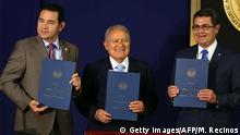 Los presidentes de Guatemala, Jimmy Morales; El Salvador, Sánchez Cerén; y Guatemala, Juan Orlando Hernández, presentan el acuerdo de colaboración contra el crimen en el palacio presidencial de San Salvador.