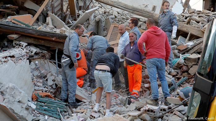 Спасатели разгребают завалы в итальянском городе Аматриче после землетрясения