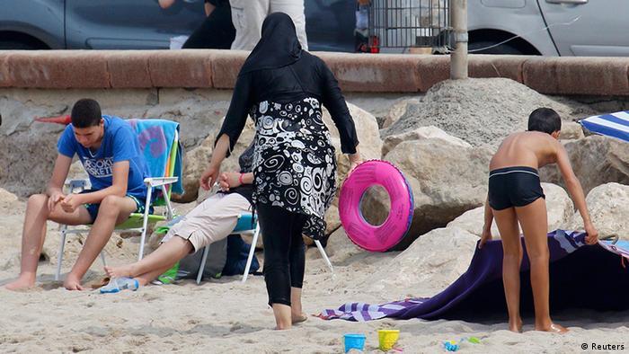 Frankreich Frau im Burkini am Strand (Reuters)