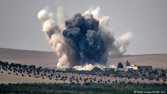 Ein türkisches Kampflugzeug hat ein Ziel bei der syrischen Grenzstadt Dscharablus bombardiert (Foto: AFP)