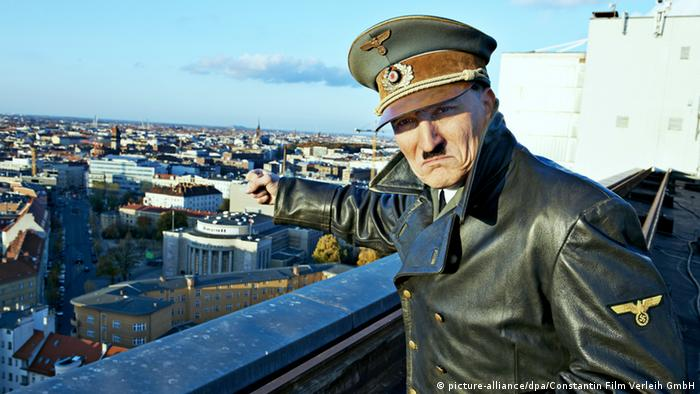 Actor Oliver Masucci as Hitler, standing on a roof above a city (picture-alliance/dpa/Constantin Film Verleih GmbH)