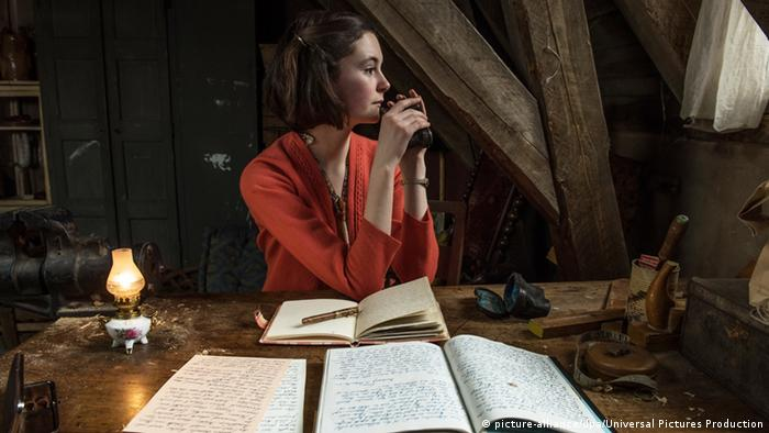 Lea van Acken als Anne Frank schreibt in einer Szene des Films «Das Tagebuch der Anne Frank» in einer Kammer unterm Dach an ihrem Tagebuch