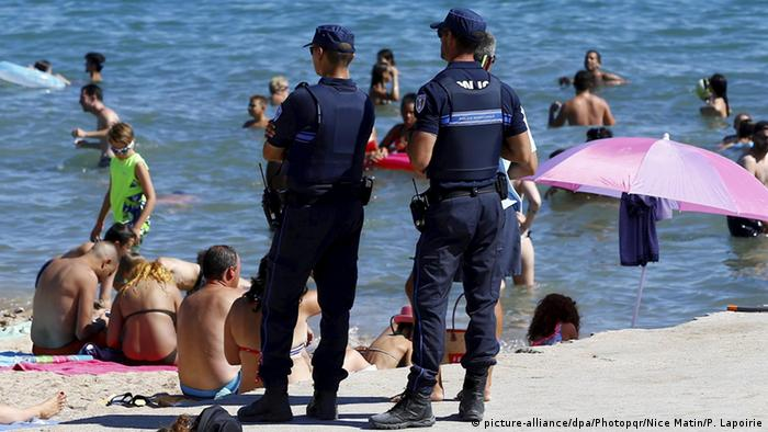Police patrol a French beach (picture-alliance/dpa/Photopqr/Nice Matin/P. Lapoirie)